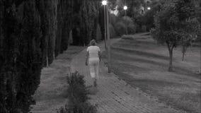 Сиротливый ходок в переулке в Лиссабоне, Португалии акции видеоматериалы