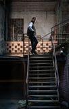 Сиротливый человек на grungy лестницах Стоковые Фото