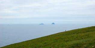 Сиротливый человек смотря море Стоковая Фотография RF