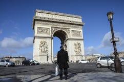 Сиротливый человек смотря Триумфальную Арку, Париж Стоковое Изображение RF