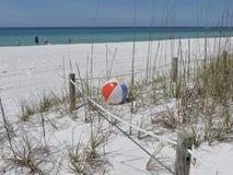 Сиротливый шарик пляжа стоковое фото rf