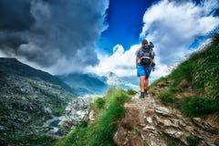 Сиротливый hiker женщины в пути Стоковое Изображение
