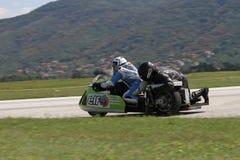 Сиротливый sidecar мотоцилк в левом поворачивает дальше след Стоковые Изображения RF