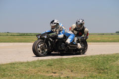 Сиротливый sidecar мотоцилк в левом поворачивает дальше след Стоковая Фотография