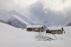 2 сиротливых дома в снеге стоковая фотография