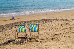 2 сиротливых deckchairs на пустом пляже Стоковые Фото