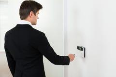 Система безопасности бизнесмена работая Стоковое фото RF