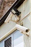 Система безопасности видеокамеры на стене здания Стоковые Фото