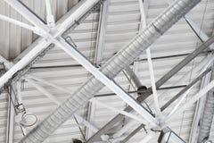Система вентиляции пускает по трубам под потолком стадиона Стоковые Изображения