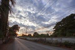 Система опоры электричества напряжения тока высоты на восходе солнца Стоковая Фотография