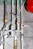 Система отопления с пластичными трубами, клапанами и другим оборудованием в котельной стоковая фотография