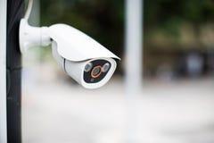 Система охраны камеры CCTV безопасностью внешняя дома Запачканная предпосылка scape города ночи Стоковые Фотографии RF