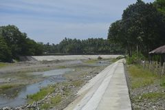 Система регулирования паводковых вод расположенная на реке Digos, городе Digos, Davao del Sur, Филиппинах Стоковое Изображение