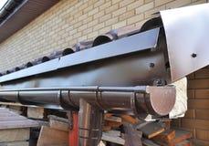 Система сбора сточных вод сточной канавы держателя на крыше стоковое изображение rf