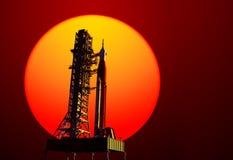 Система старта космоса на стартовой площадке на предпосылке красного Солнця Стоковое Фото