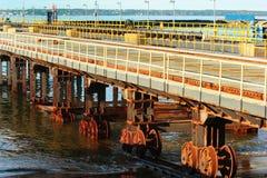 Система транспортировки shiplift на старой верфи Ржавая сталь катит внутри морскую воду Стоковое Изображение