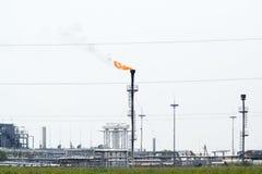 Система факела на месторождении нефти стоковое фото