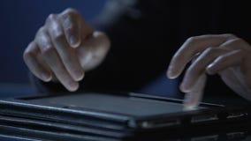 Системный администратор используя таблетку для поддержания компьютерной сети, конца-вверх рук видеоматериал