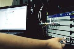 Системный администратор отлаживает оборудование сервера стоковое фото rf