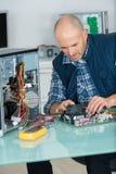 Системный блок человека ремонта компьютера фиксируя Стоковые Фото