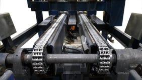 Системы цепного транспортера для продукта передачи к хранению в фабрике стоковые изображения rf