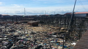 Ситуация после огня в Kampung Tanjung Batu Keramat Laut, Tawau, Сабахе, Малайзии Стоковые Изображения RF