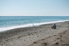 СИЦИЛИЯ, ИТАЛИЯ - 30-ОЕ СЕНТЯБРЯ 2018: Рыбная ловля человека в пляже стоковое изображение rf