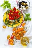 Сицилийские красные и желтые оливки томатов вишни, зеленых и черных, Стоковые Изображения