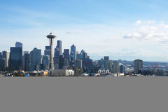 СИЭТЛ, ВАШИНГТОН, США - 24-ое января 2017: Панорама горизонта Сиэтл увиденная от света парка Керри в течение дня с держателем Стоковое фото RF