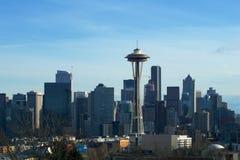 СИЭТЛ, ВАШИНГТОН, США - 24-ое января 2017: Панорама горизонта Сиэтл увиденная от света парка Керри в течение дня с держателем Стоковое Фото