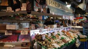 СИЭТЛ ВАШИНГТОН США - октябрь 2014 - свежий дисплей морепродуктов на открытом рынке места Pike Стоковые Фото