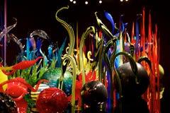 СИЭТЛ, ВАШИНГТОН, США - 23-ье января 2017: Выдувное стекло в абстрактных формах цветков в красной и желтой, экспонат мимо Стоковое фото RF