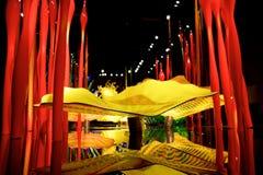 СИЭТЛ, ВАШИНГТОН, США - 23-ье января 2017: Выдувное стекло в абстрактных формах цветков в красной и желтой, экспонат мимо Стоковые Изображения RF
