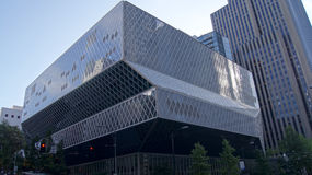 СИЭТЛ, ШТАТ ВАШИНГТОН, США - 10-ОЕ ОКТЯБРЯ 2014: Публичная библиотека внутри к центру города была конструирована бэром Koolhaas и Стоковые Изображения RF