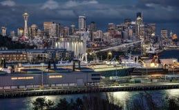 Сиэтл, горизонт Вашингтона и порт на сумраке Стоковая Фотография