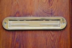 Сияющая золотая закрытая коробка письма двери на деревянных дверях стоковое изображение rf