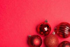 Сияющая красная группа в составе безделушки рождества Стоковые Изображения