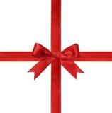 Сияющая красная лента сатинировки на белой подарочной коробке Стоковые Изображения RF