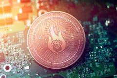 Сияющая медная монетка cryptocurrency МИЛЛИАРДЕРА на расплывчатой предпосылке материнской платы стоковая фотография rf