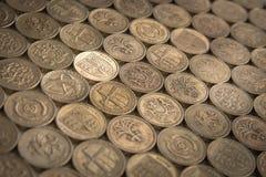Сияющая новая монетка - стоящ вне от толпы Стоковая Фотография
