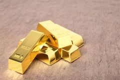 Сияющее золото в слитках на таблице стоковые изображения