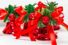 Сияющее красное праздничное рождество колоколы с лентами Стоковые Изображения RF