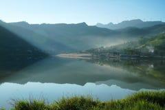 Сияющее озеро под горой в лете Стоковая Фотография RF