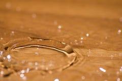 Сияющее падение воды покрашенное апельсина изолированный Стоковые Изображения