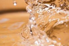 Сияющее падение воды покрашенное апельсина изолированный Стоковое Фото