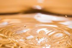 Сияющее падение воды покрашенное апельсина Стоковые Изображения