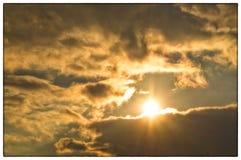 Сияющее солнце идет из серых облаков стоковые фотографии rf
