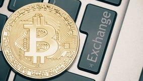 Сияющее bitcoin на клавиатуре компьютера и обмен застегивают быть отжатым сток-видео