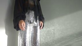 Сияющие женские брюки сток-видео