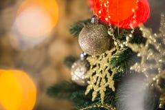 Сияющие золотые круглые снежинки и шарики Стоковые Фотографии RF